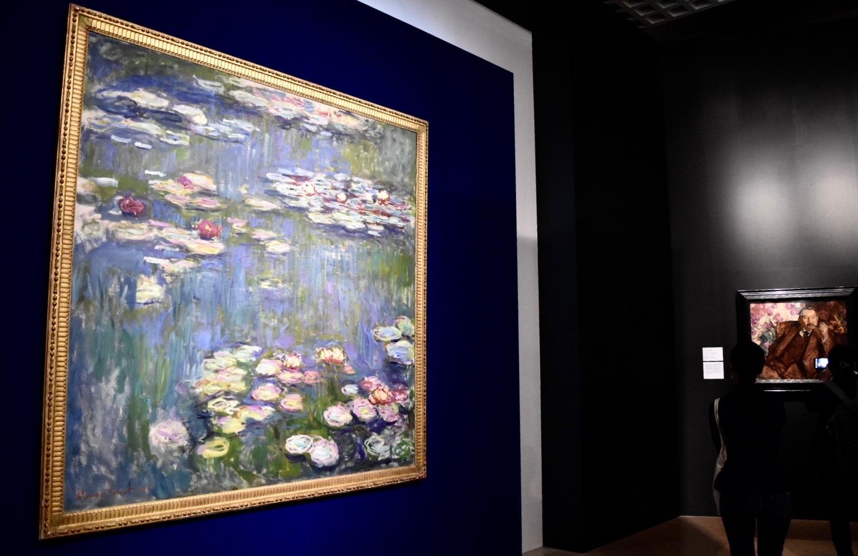 左:クロード・モネ 《睡蓮》 1916年 国立西洋美術館蔵