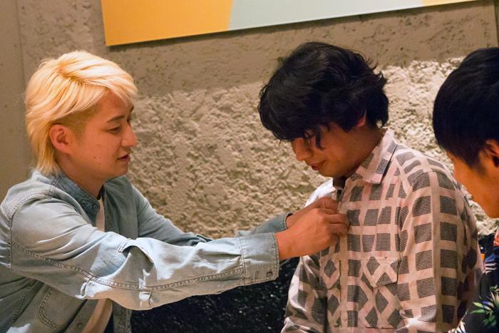 (三浦のシャツのボタンを優しく直してあげるNAOTO)