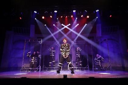 塩田康平が初の作・演出、佐藤永典出演の舞台『監獄 REQUIEM』が開幕 舞台写真&レポートが到着