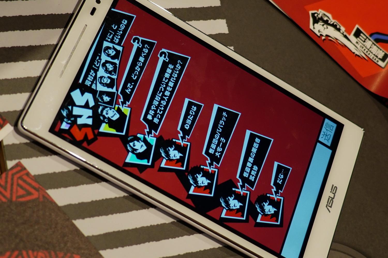 タブレットには劇中同様のアプリがインストールされていて、『ペルソナ5』の世界への没入感を盛り上げる