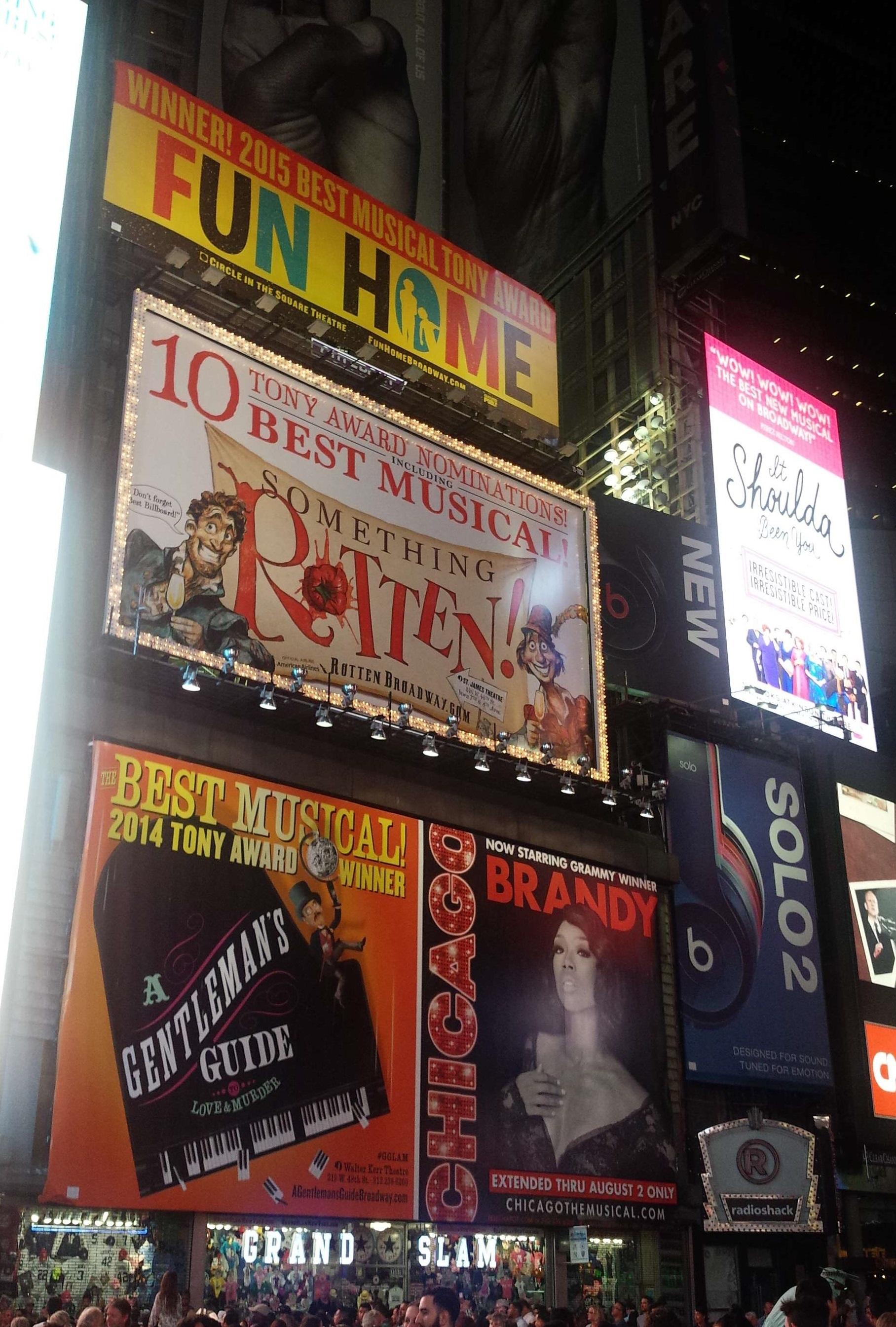 NYのタイムズ・スクエアに並ぶミュージカルの広告たち。「受賞」はもちろん「ノミネート」だけで大きな宣伝文句となる