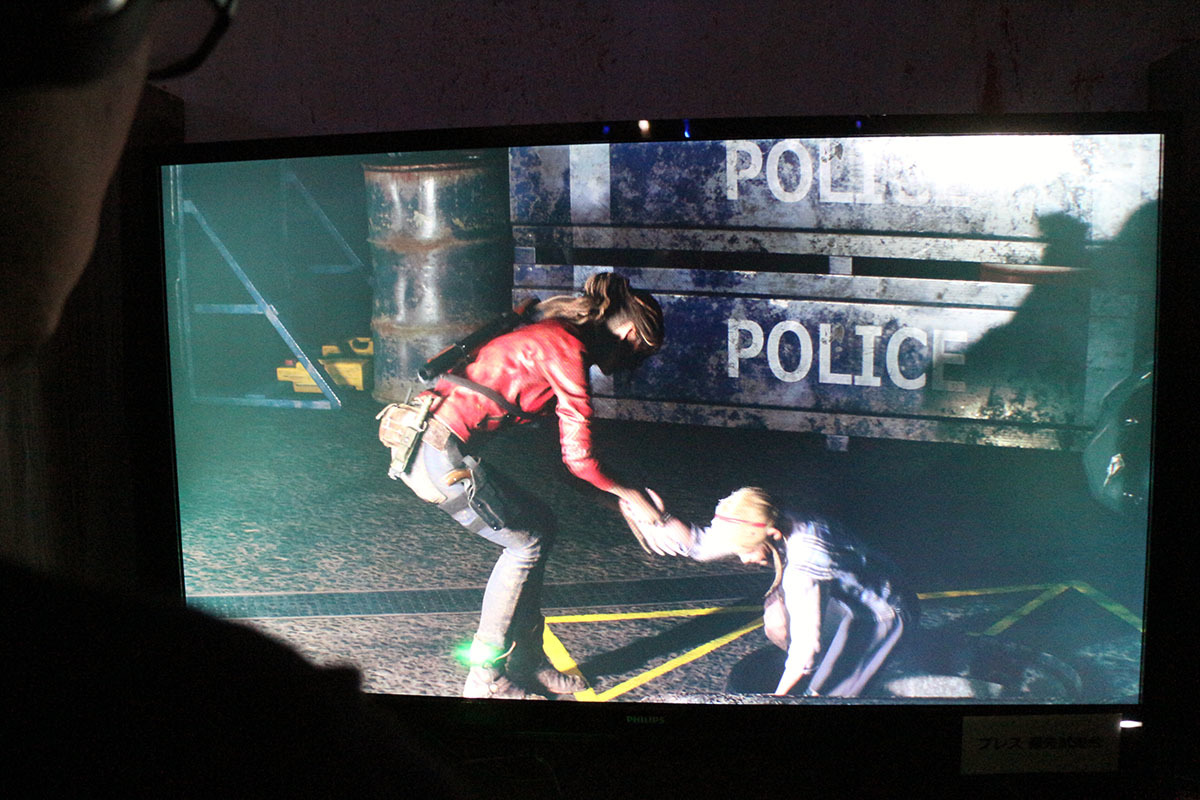 TGSの体験版ではレオンは警察署のロビーから。クレアは同じ警察署の地下から始まる/撮影:梅田勝司