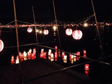 水面に揺らめく約1万個の燈籠の優しい灯りと夜空に咲く花火の共演が美しい『宮津燈籠流し花火大会』