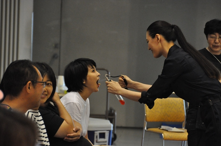 客席で待機していた松たか子も、諏訪綾子/フードクリエイションの「一瞬で沸き起こる怒り」テイストに挑戦!