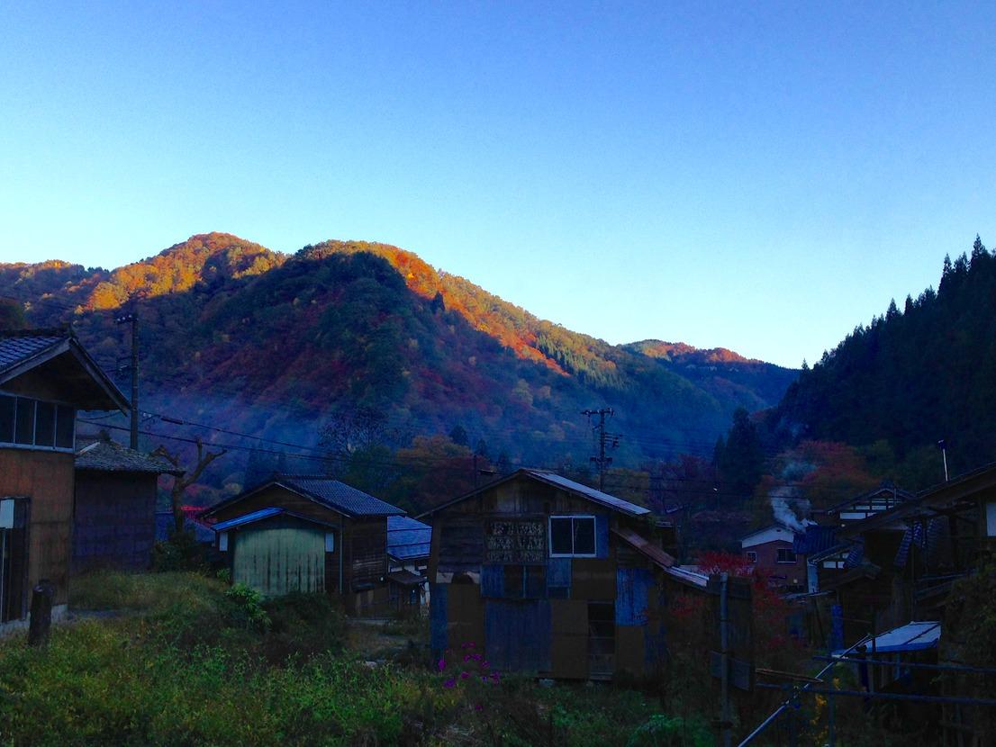 薪ストーブの煙くゆらす、早朝の山熊田の集落。