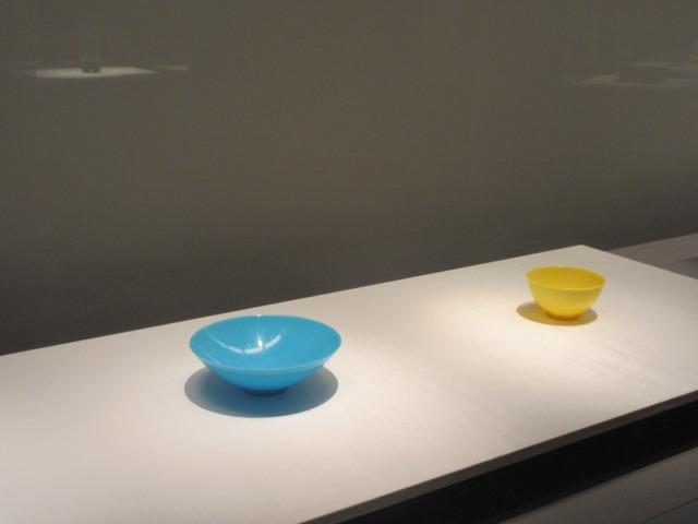 左:水色鉢 右:黄色鉢 ともに清時代・乾隆年間(1736-95) 中国 ヴィクトリア・アンド・アルバート博物館