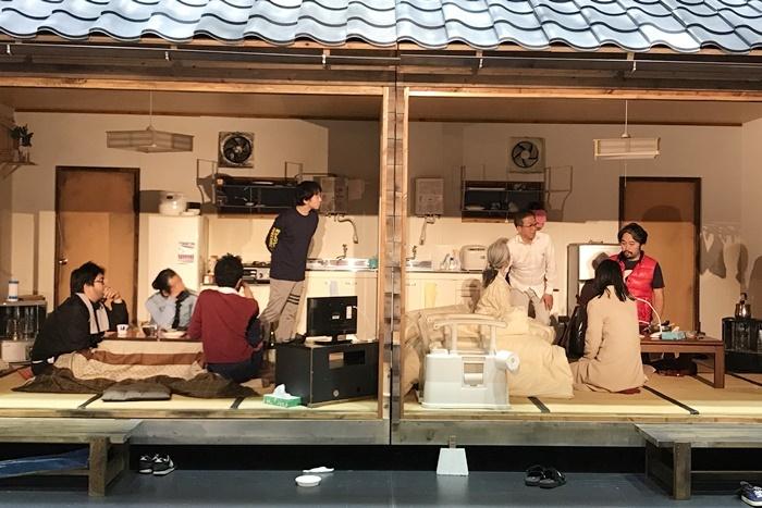庭劇団ペニノ『笑顔の砦』全出演者がそろった稽古風景。右端が作・演出のタニノクロウ。 [撮影]吉永美和子(このページすべて)