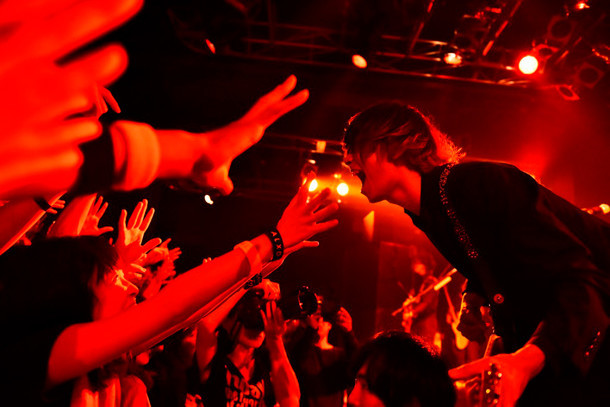 "「[Alexandros] TOUR 2015""ご馳走にありつかせて頂きます""」Yokohama Bay Hall講演の様子。(Photo by Yuki Kawamoto)"