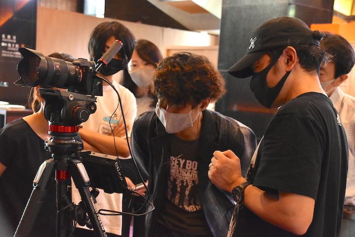 画面の確認をする藤田俊太郎(中央)。出演していないときはマスクをするなどして感染予防の対策を講じた。