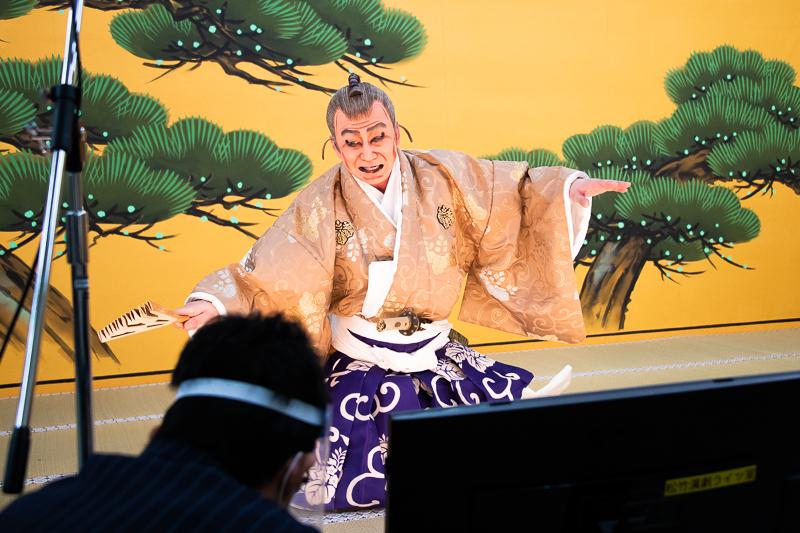 第一回「三段目」の稽古風景。高師直を勤める幸四郎と、現場を回す戸部(手前)。