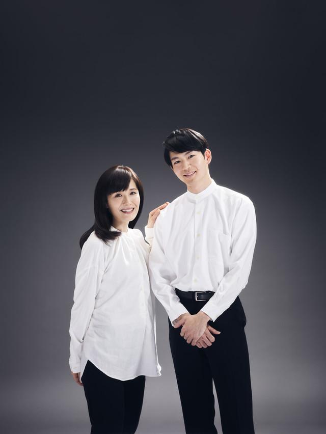 左から富田靖子、松下洸平。