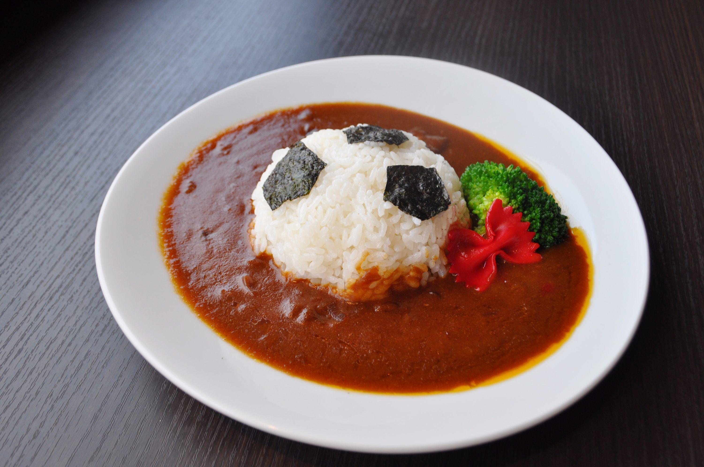コナン のサッカーボールカレー 主人公・江戸川コナン愛用のサッカーボールをイメージしたメニュー