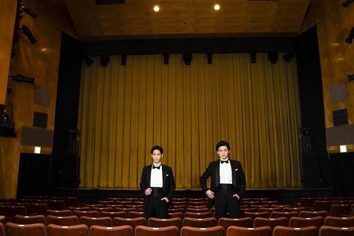 (左から)味方良介、荒井敦史(紀伊國屋ホールにて)