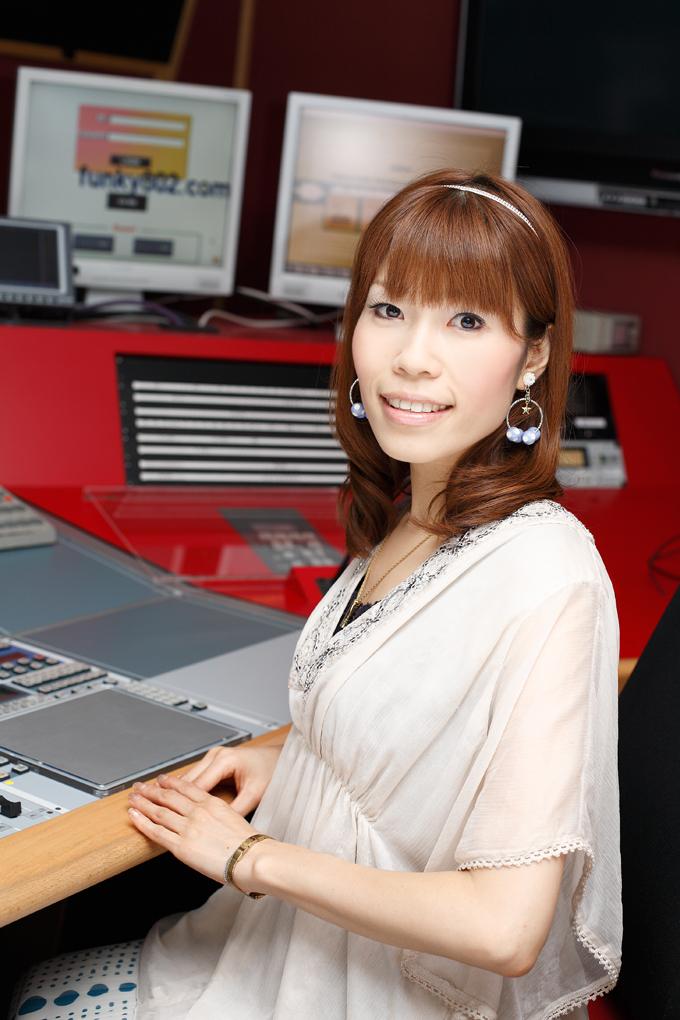 <DJ 内田絢子> FLiPLiPS 放送時間:毎週月~木曜日 11:00~15:00 DJ:内田絢子(月・火)