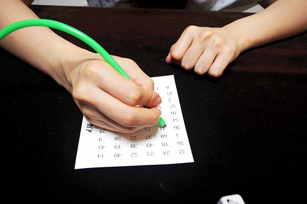 鉛筆をゲットしたら1から60の数を順番にチェックします・・・が  (c)Dear Spiele