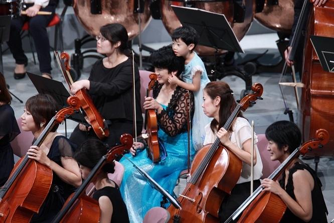 本番中もお母さんのそばには子どもが。これこそが「きら響」の象徴的な光景。 写真提供:西宮きらきら母交響楽団