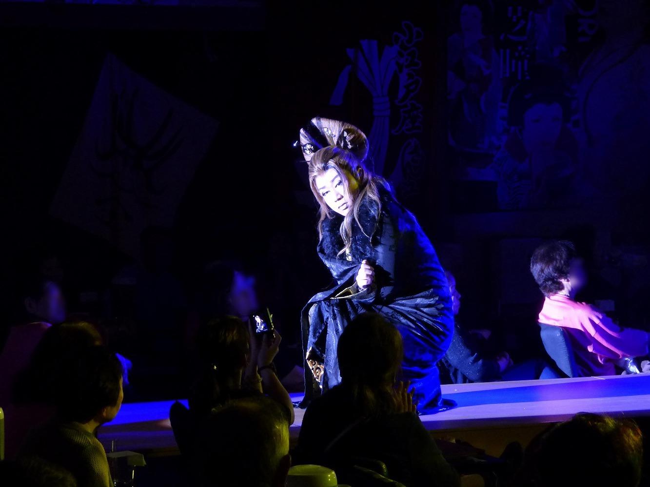 客席と超至近距離なのが大衆演劇の特徴。
