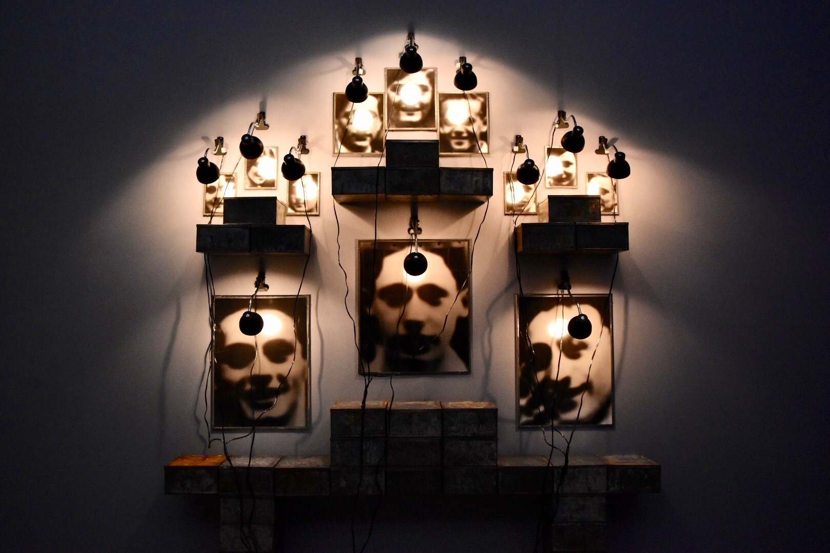 《シャス高校の祭壇》 1987年 「クリスチャン・ボルタンスキー −Lifetime」展 2019年 国立新美術館展示風景
