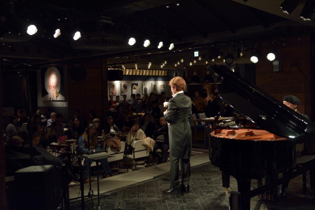 カフェに響き渡るピーノ松谷の歌声