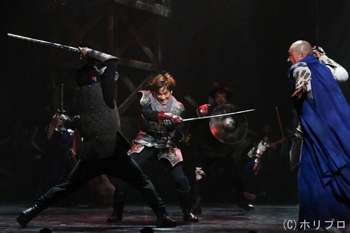 中央)松坂桃李  (舞台写真撮影:宮川舞子)