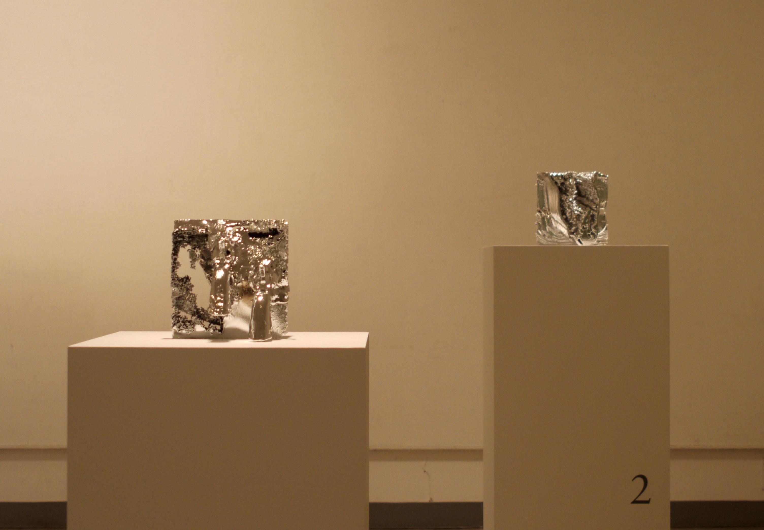 《Film Without Film – Piano / Donky, Pistol / Man》2012年、 樹脂、 塗料 22.0×22.0×26.0 cm 展示風景:ニューアート展 NEXT 2012 動く絵、 描かれる時間:Phantasmagoria、 横浜市民ギャラリー(C)SHIMURAbros