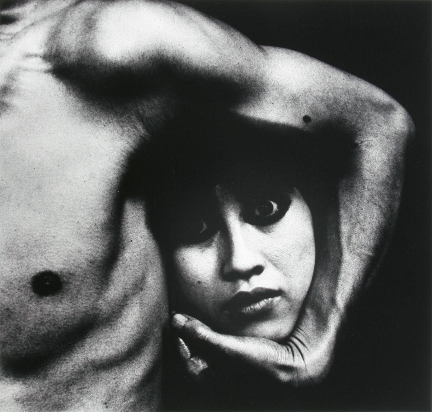 細江英公(日本、1933) 《おとこと女 #20》1960年(C)Eikoh Hosoe
