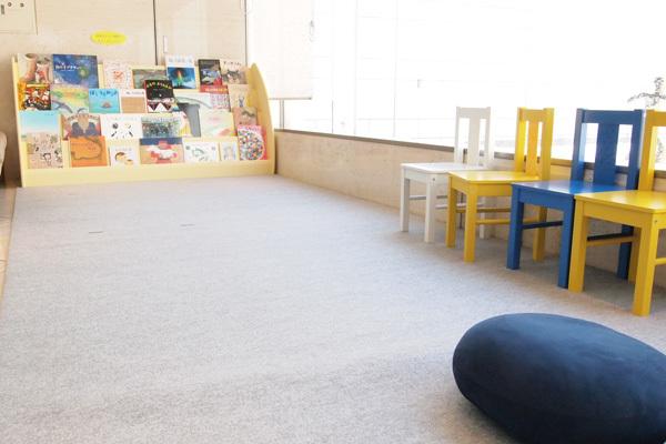 会場の外には絵本を手にとってゆっくりと見られる子ども向けスペースも。