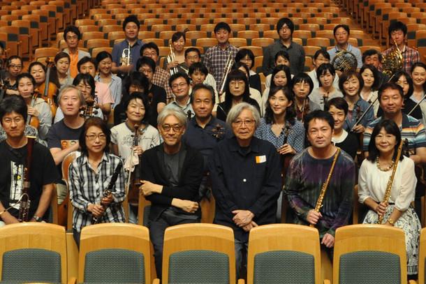 「母と暮せば」音楽レコーディングに出席した坂本龍一(最前列左から3番目)、山田洋次監督(最前列右から3番目)、東京フィルハーモニー交響楽団。(c)2015「母と暮せば」製作委員会