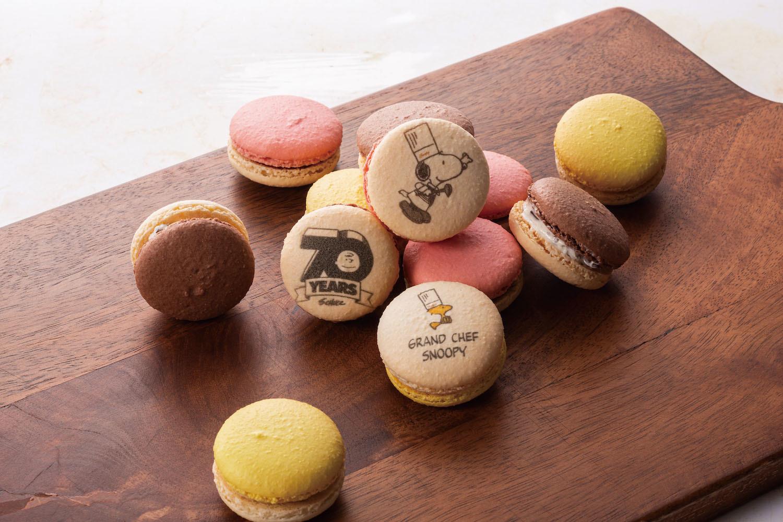 スヌーピーマカロン ¥1,800(3個入り): ピーナッツの香ばしさと歯ごたえが楽しいピーナッツクリーム味。優しい酸味が広がるフランボワーズ味、チョコチップとクッキー生地の食感が特徴的なチョコレートチップクッキー味。(写真=オフィシャル提供)