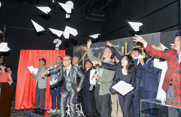 ドクター中松ら過去の日本人受賞者も登壇し、紙飛行機を投げるパフォーマンス