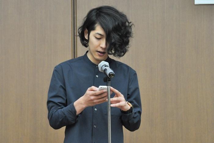 大賞を受賞したくるみざわしんのメッセージを代読する藤田和弘。