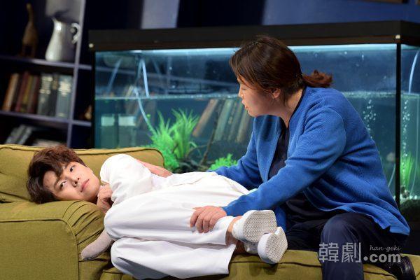 マイケル役のパク・ウンソク(左)と看護師ピーターソン役のコ・スヒ