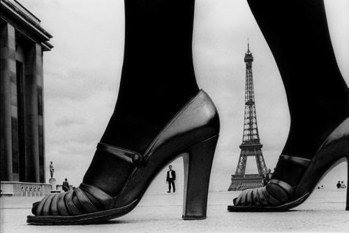 """フランク・ホーヴァット「For """"STERN"""", shoes and Eiffel Tower, 1974, Paris, France」(c)Frank Horvat"""