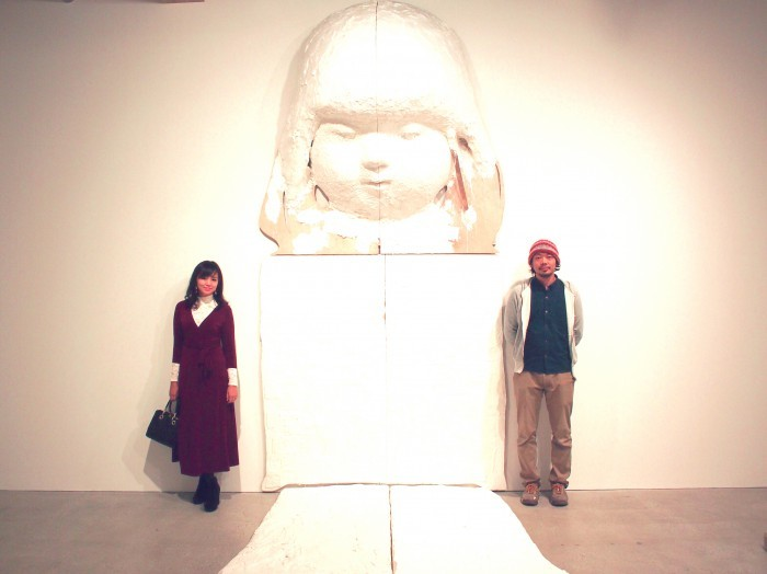 大谷工作室(写真左)/本展1大きいスケール(座高3.5m)の作品の前で。