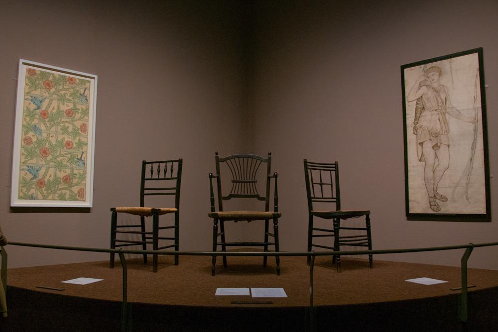 (中央)《サセックス・チェア 》a 肘掛け椅子1863年、(左手壁)