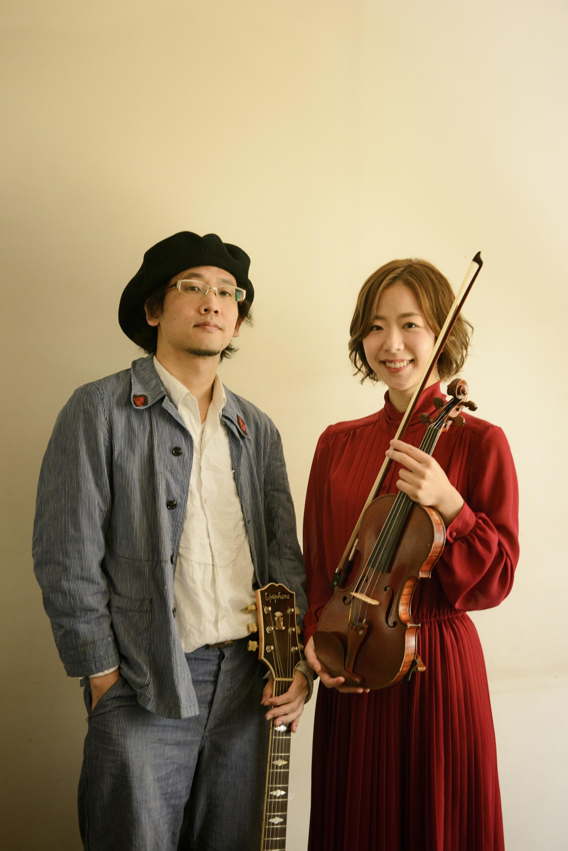 mille baisers(ミルベゼ) ヴァイオリン横山千晶(右)とギター小久保徳道(左)のデュオ。