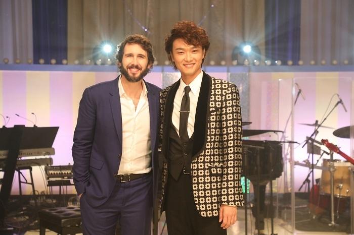 (左から)ジョシュ・グローバン、井上芳雄