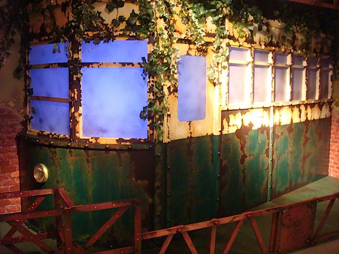 "KUDAN Project『百人芝居・真夜中の弥次さん喜多さん』(2005年)では、同型のものが""居酒屋電車""として舞台上に登場した"