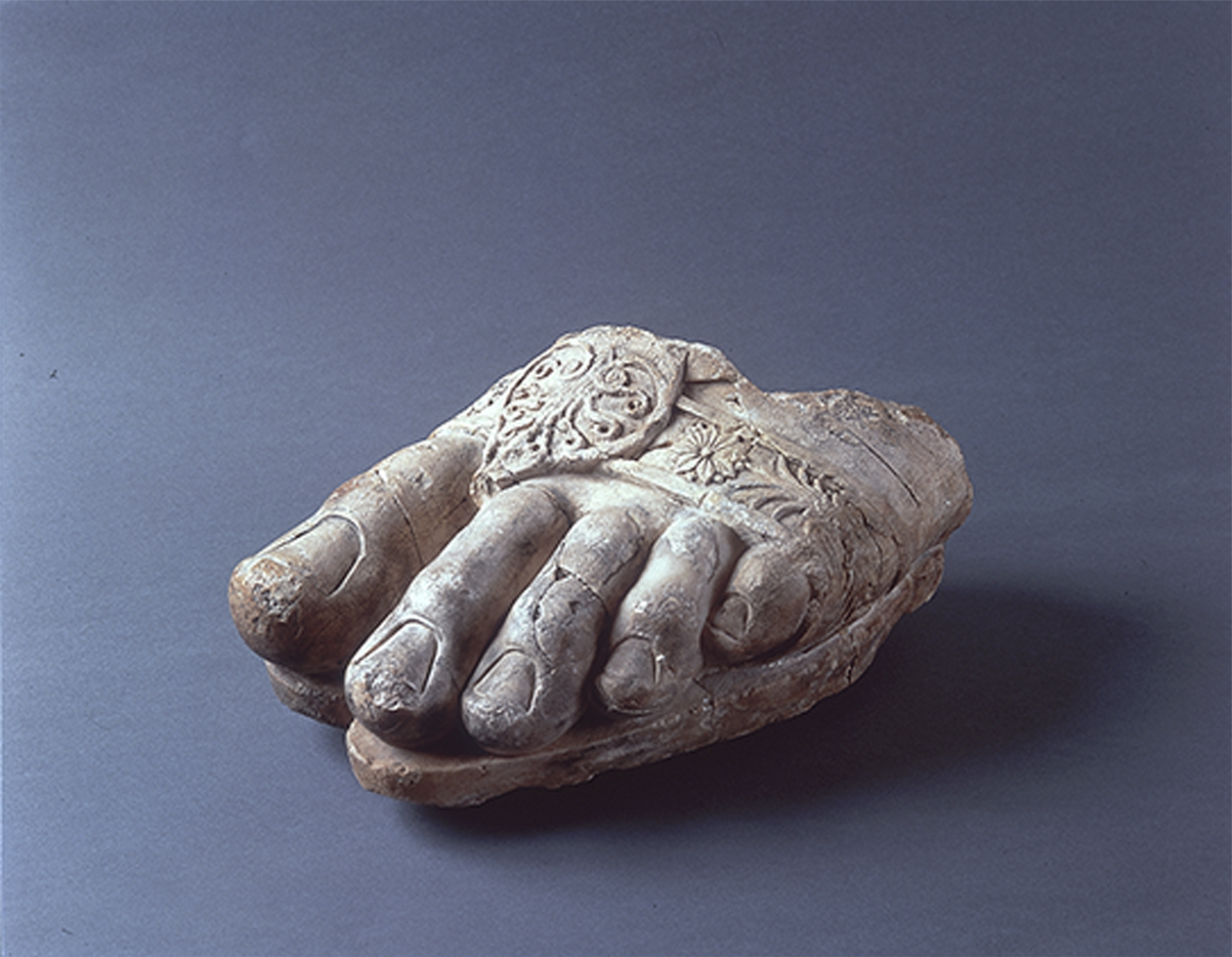 「ゼウス神像左足断片」 前3世紀 アイ・ハヌム出土、素材:大理石 所蔵元:流出文化財保護日本委員会保管