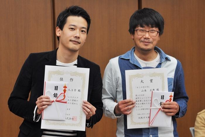 「第27回OMS戯曲賞」佳作を受賞したピンク地底人3号(左)と、大賞を受賞した山本正典(右)。 [撮影]吉永美和子(このページすべて)