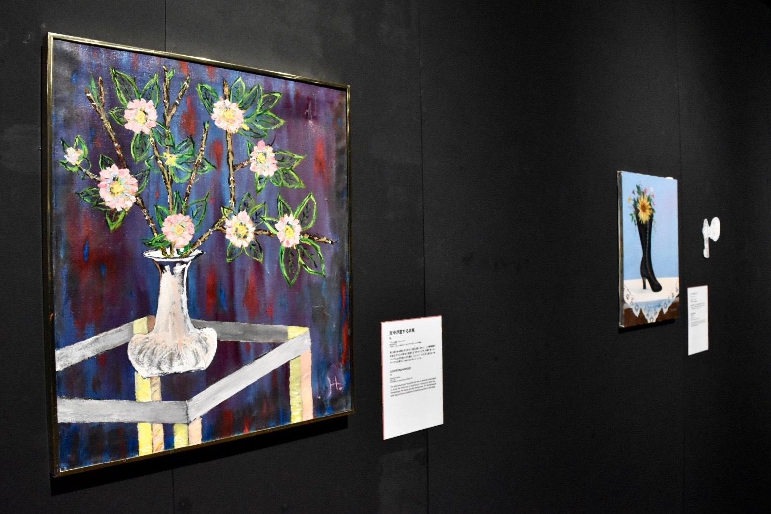 左:《空中浮遊する花瓶》