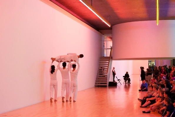 トリシャ・ブラウン・ダンスカンパニー『Wall Walk(from Set and Reset, 1983) 』 レンバッハハウス(ミュンヘン)、ダン・フレヴィンギャラリー(2014年) © Städtische Galerie im Lenbachhaus und Kunstbau München