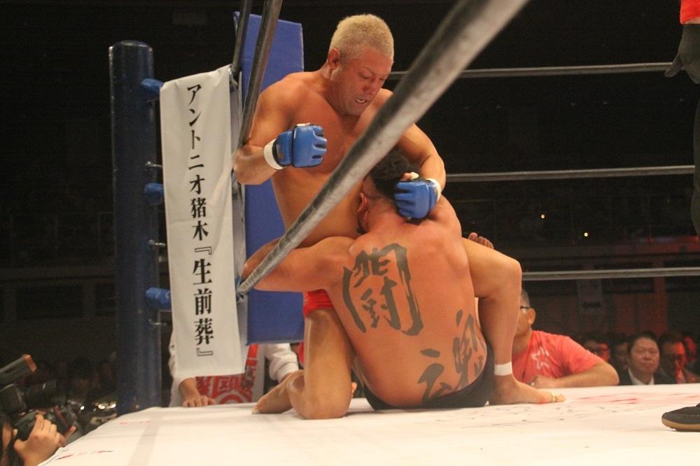 鈴川真一は踏ん張りを見せたが、肩固めで敗退