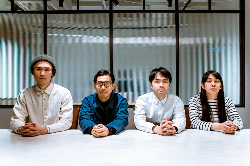 テニスコート(左から、吉田正幸、神谷圭介、小出圭祐)、山口ともこ