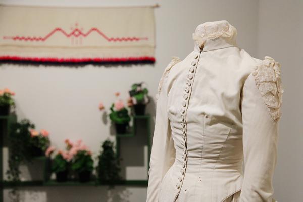 カーリンがデザインした花嫁衣裳と花台(奥) タペストリーはカーリン作