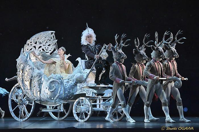 豪華な馬車をはじめ、絵本の世界がそのままステージ上に出現!