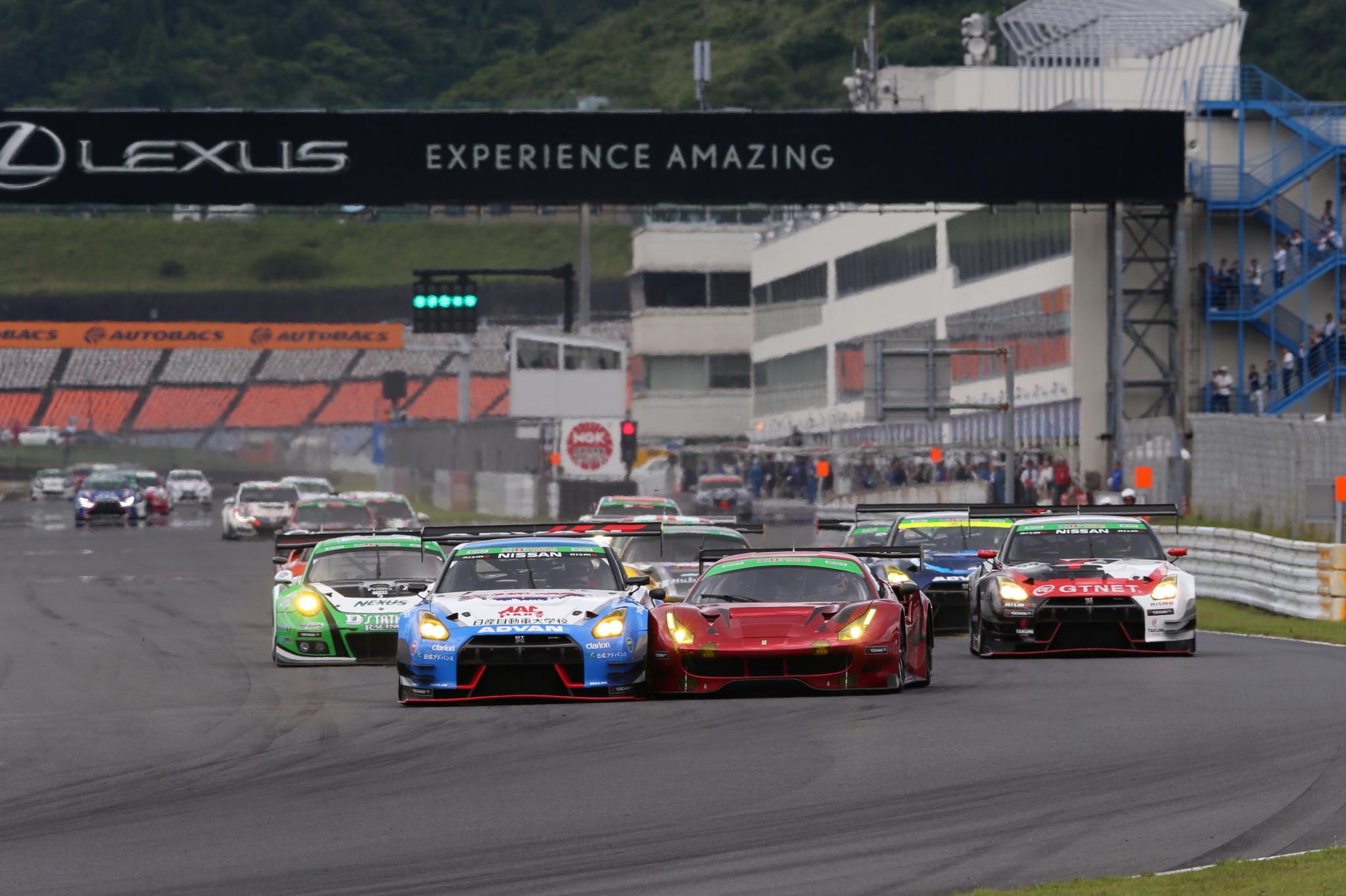 トップカテゴリーのST-X。チャンピオンシップを競う日産GT-R勢とフェラーリ 488 GT3 の戦いも熾烈だ