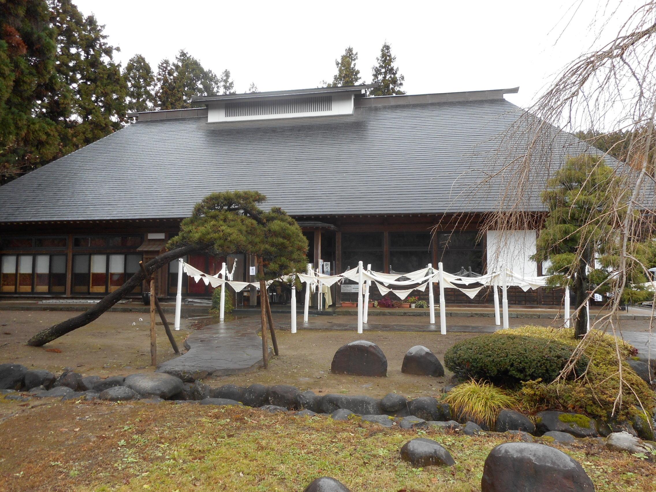 「衣・次元シアター」ひびのこづえ×引間文佳。背景の建物は「駒庄 農家屋敷館」