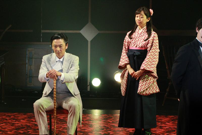 沙羅の父、小泉琢磨(岡田達也)(左)