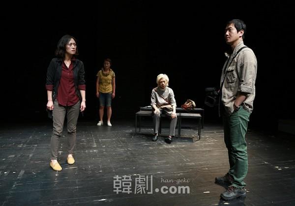 慰安婦のドキュメンタリー番組を制作するため、ハンブニと同行取材するホン・チャンヒョンPD(ソン・アンジン 写真右)と、女性学教授のソ・インギョン(ウ・ミファ 写真左端)